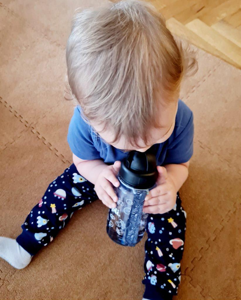 bumpli trinkflasche mit strohhalm 823x1024 - Bumpli Trinkflasche mit Nachtlicht: Warum unser 1-Jähriger begeistert ist